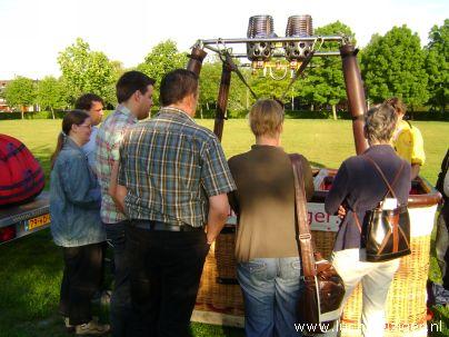 Ballonvaarten met luchtballon vanuit Vondelpark in Papendrecht via Dordrecht (o.a. weizigtpark) naar Oud Gastel in west-Brabant. Vooral boven Dordrecht hebben we prachtige foto's kunnen maken. Ook hadden we per toeval een echtpaar uit Dordrecht aan boord van onze luchtballon. Ballonvaarten vinden vanaf 2012 vaker plaats vanuit het Wantijpark, of Weizigtpark in Dordrecht. Hier instructies voorafgaand aan het inflaten van de ballon.