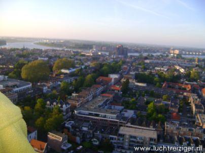 Ballonvaart met luchtballon vanuit Vondelpark in Papendrecht via Dordrecht (o.a. weizigtpark) naar Oud Gastel in west-Brabant. Vooral boven Dordrecht hebben we prachtige foto's kunnen maken. Ook hadden we per toeval een echtpaar uit Dordrecht aan boord van onze luchtballon. Ballonvaarten vinden vanaf 2012 en verder zullen vaker plaats vanuit het Wantijpark in Dordrecht.