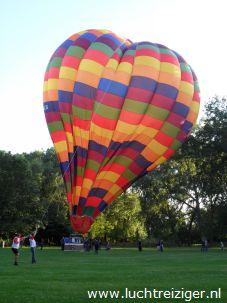 Een prachtig uitzicht vanuit de luchtballon. De ballon is vertrokken uit Rotterdam en zal vele echte Rotterdamse aangelegen overvaren, de maas, de van Brienenoordbrug, de Kuip, Capelle aan den IJssel en Oudekerk aan den IJssel. De luchtballon zal uiteindelijk in het Groene Hart van Zuid-Holland neerstrijken (Haastrecht).