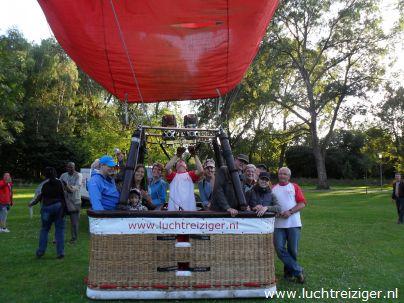 De luchtballon is klaargemaakt en staat te trappelen om te vertrekken vanaf het romantische parkje bij restaurant 'de Oliphant' op Rotterdam-zuid. De ballonvaart zal over de maas, over de van Brienenoordbrug, met daarnaast een prachtige moskee, en zal uiteindelijk de stad verlaten boven Capelle aan den IJssel.
