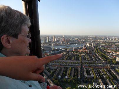 Een helder uitzicht vanuit de luchtballon. De ballon is vertrokken uit Rotterdam-zuiderpark en zal vele echte Rotterdamse aangelegen overvaren, de maas, de van Brienenoordbrug, de Kuip, Capelle aan den IJssel en Oudekerk aan den IJssel. De luchtballon zal uiteindelijk in het Groene Hart van Zuid-Holland neerstrijken (Haastrecht).