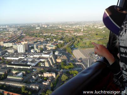 Een adembenemend uitzicht vanuit de luchtballon boven het metropool Rotterdam. De ballon is vertrokken uit Rotterdam-zuid en zal vele echte Rotterdamse aangelegen overvaren, de maas, de van Brienenoordbrug, de Kuip, Capelle aan den IJssel en Oudekerk aan den IJssel. De luchtballon zal uiteindelijk in het Groene Hart van Zuid-Holland neerstrijken (Haastrecht).