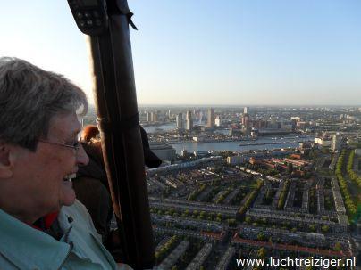 Een supermooi uitzicht vanuit de heteluchtballon. De ballon is vertrokken uit Rotterdam en zal vele echte Rotterdamse aangelegen overvaren, de maas, de van Brienenoordbrug, de Kuip, Capelle aan den IJssel en Oudekerk aan den IJssel. De luchtballon zal uiteindelijk in het Groene Hart van Zuid-Holland neer te dalen.
