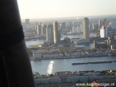 Een meer dan geweldig uitzicht vanuit de luchtballon. De ballon is vertrokken uit Rotterdam-zuid en zal vele echte Rotterdamse bezienswaardigheden overvaren, de maas, de van Brienenoordbrug, de Kuip, Capelle aan den IJssel en Oudekerk aan den IJssel. De luchtballon zal uiteindelijk in het Groene Hart van Zuid-Holland neerstrijken (nabij Gouda).