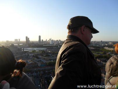 Een fantastisch uitzicht vanuit de luchtballon over Rotterdam. De ballon is vandaag vertrokken uit Rotterdam en zal vele echte Rotterdamse aangelegenheden overvaren: de maas, Rotterdam-Zuid, de van Brienenoordbrug, de Kuip, Capelle aan den IJssel en Oudekerk aan den IJssel. De luchtballon zal uiteindelijk in het Groene Hart van Zuid-Holland neerstrijken (Haastrecht).