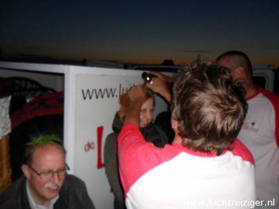 De champagnedoop na de ballonvaart van Rotterdam naar Gouda (om precies te zijn: Haastrecht). De passagier wordt verheven in de adelstand: Luchtbarones van Rotterdam tot Haastrecht.