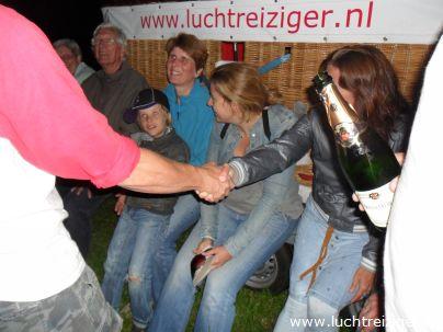 De doop na de luchtballonvaart van Rotterdam naar Haastrecht. De passagier wordt verheven in de adelstand: Luchtbarones van Rotterdam tot Haastrecht.