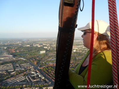 We stijgen op in het park bij restaurant 'de Olipfant' in Rotterdam-zuid. Dit is een zeer idylische plek, met een molentje en een hystorisch restaurant in het vizier. De ballonvaart vanuit Rotterdam gaat meestal via stadion de Kuip, via de van Brienenoordbrug en vervolgens via Capelle aan den IJssel richting het Groene Hart van Zuid-Holland. Ballonvaren boven Rotterdam is mooier dan 1 ook in Nederland omdat Rotterdam van boven echt een wereldstad is.
