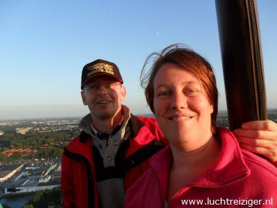 Passagiers genieten van het immense uitzicht tijdens de ballonvaart van Rotterdam naar de Vlist.
