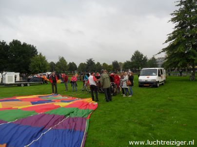 Laatste uitleg voor ballonvaart vanuit Vondelpark in Papendrecht