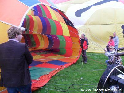 Inflaten van luchtballon in Vondelpark te Papendrecht