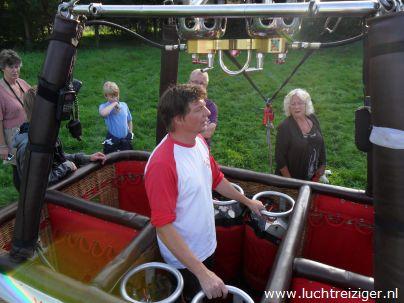 Luchtballon wordt opgebouwd in het Gouwebos te Waddinxveen