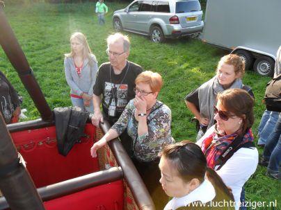 Een handje helpen bij opbouw luchtballon voor ballonvaart vanaf Gouwebos Waddinxveen