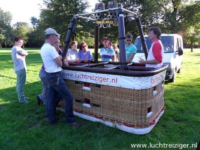 Klaar voor ballonvaren boven Groene Hart van Zuid Holland, vanuit Schollebos in Capelle aan den IJssel