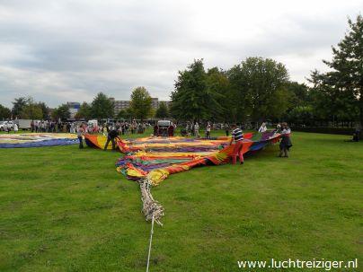Vondelpark, klaarleggen luchtballon in Papendrecht