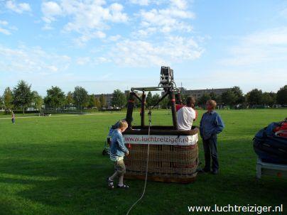 Opbouw luchtballon in Alphen aan den Rijn