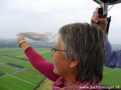 Kijk daar, vrienden uit Papekop ziet onze hete-luchtballon