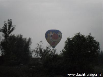 Ballonvaarten boven zuid-holland. De ene luchtballon ziet de andere