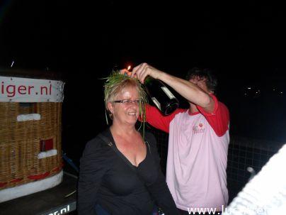 De Champagnedoop is telkens een ware happening. Hier luchtdopen we de passagiers, nadat we zijn geland in Bodegraven, achter Gouda. De ballonvaart begon in Papendrecht.