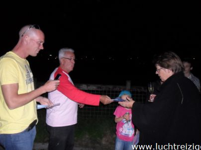 De Champagne-doop is steeds weer een ware belevenis. Hier dopen we de passagiers nadat we zijn geland in Bodegraven. De ballonvaart begon in Papendrecht.