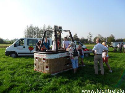 Passagiers helpen de luchtballon opbouwen in Stolwijk voor een ballonvaart over het Groene Hart van Zuid-Holland naar Lopik