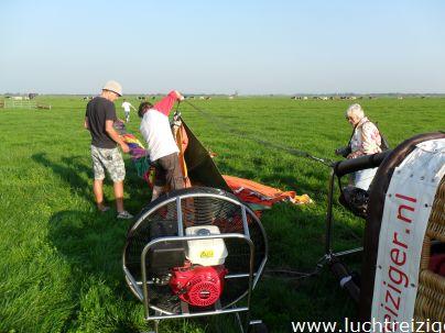Ballon wordt opgeruimd door de piloot, de crew, en de passagiers in Lopik, Groene Hart te Zuid-Holland