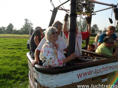 Klaar voor de ballonvaarten vanuit het pitoreske Stolwijk, Groene Hart in Zuid Holland (Lopikerwaard)