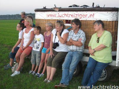 Met zin allen op de foto na de ballonvaarten vanuit Stolwijk naar Lopik (Lopikerwaard)