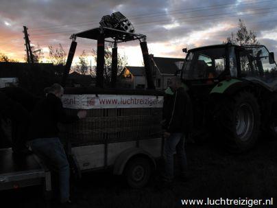 De landeigenaar of boer helpt ons wel eens een handje