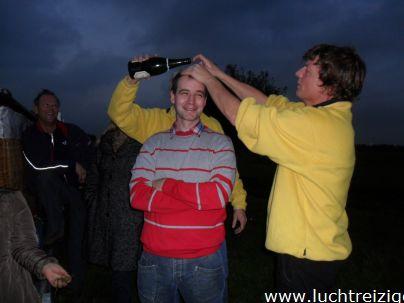 Passagier wordt gedoopt na afloop van onze ballonvaarten
