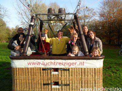 groepsfoto in Park Oudegein voor vertrek met luchtballon in Nieuwegein naar IJsselstein
