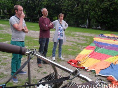 Ballonvaart met de Luchtreiziger Ballonvaarten vanaf Woerden over Kockengen naar Nieuw ter Aa. Mooi rustig weer maakt ballonvaren prachtig. Allemaal tevreden passagiers aan boord. De instrukties.
