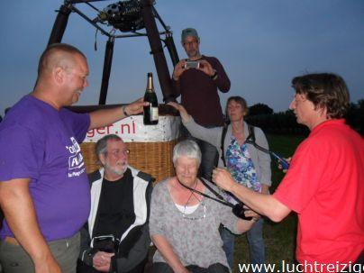 Ballonvaart met de Luchtreiziger Ballonvaarten vanaf Woerden over Kockengen naar Nieuw ter Aa. Mooi rustig weer maakt ballonvaren prachtig. Allemaal tevreden passagiers aan boord. Luchtdoop