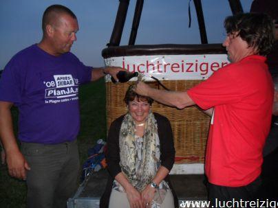 Ballonvaart met de Luchtreiziger Ballonvaarten vanaf Woerden over Kockengen naar Nieuw ter Aa. Mooi rustig weer maakt ballonvaren prachtig. Allemaal tevreden passagiers aan boord. Champagnedoop.