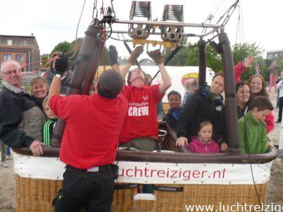 Ballonvaart ter gelegenheid van de bouw van woonwijn Thienderland in Schoonhoven te Zuid-Holland. Vanaf het bouwterrein stegen we met onze luchtballon en kinderen en volwassenen op. De kinderen hadden prijzen gewonnen van bijv. een ballonwedstrijd, een verhaal en een tekenwedstrijd.