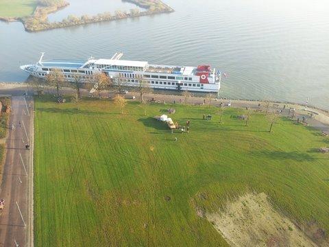 Buiten de Waterpoort vanuit luchtballon te Gorinchem