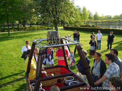 Ballonvaart met luchtballon vanuit Vondelpark in Papendrecht via Dordrecht (o.a. weizigtpark) naar Oud Gastel in west-Brabant. Vooral boven Dordrecht hebben we prachtige foto's kunnen maken. Ook hadden we per toeval een echtpaar uit Dordrecht aan boord van onze luchtballon. Ballonvaarten vinden vanaf 2012 vaker plaats vanuit het Wantijpark, of Weizigtpark in Dordrecht.... Tot volgend voorjaar.