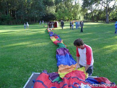 Daar ligt de luchtballon, de PH-DLB is al z'n glorie. De ballonvaart zal zodadelijk vanuit het park nabij het Zuiderpark (nabij Ahoy) gaan richting Haastrecht, net onder Gouda. De afgelegde afstand is voor een ballonvaart best heel veel.