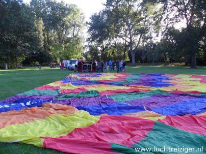 Daar ligt de hete luchtballon, de PH-DLB is al z'n glorie. De ballonvaart zal zodadelijk vanuit het park nabij het Zuiderpark (Ahoy) gaan richting Haastrecht, net onder Gouda. De gemaakte afstand is voor een hete luchtballon best veel.