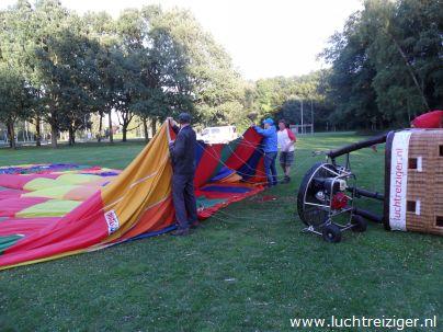Daar ligt de hete luchtballon, de PH-DLB is al z'n glorie. De ballonvaart zal zodadelijk vanuit het park nabij het Zuiderpark (Ahoy) gaan richting Haastrecht, net onder Gouda. De gemaakte afstand is voor een ballonvaart best veel.