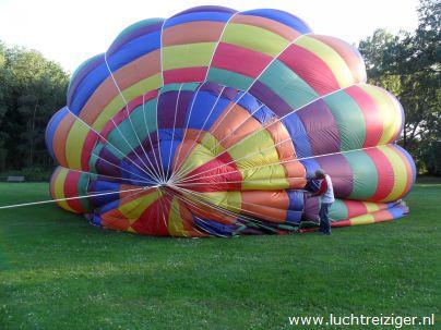 Daar ligt de PH-DLB is al z'n glorie. De ballonvaart zal vanuit het park nabij het Zuiderpark gaan richting Haastrecht, net onder Gouda. De gemaakte afstand is voor een ballonvaart best veel.