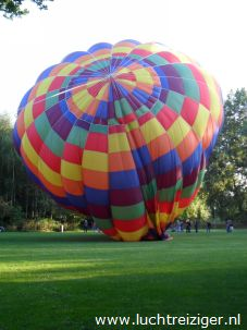 De luchtballon wordt opgeblazen bij restaurant 'de Oliphant' in Rotterdam voor een prachtige ballonvaart naar Haastrecht, net onder Gouda.
