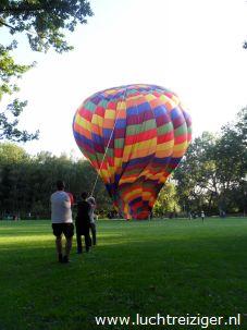 De passagiers kijken in de ballonmand voor een 'laatste inspectie'. Straks maken ze een ballonvaart van Rotterdam-zuid, over de stad, naar Haastrecht, onder de rook van Gouda.
