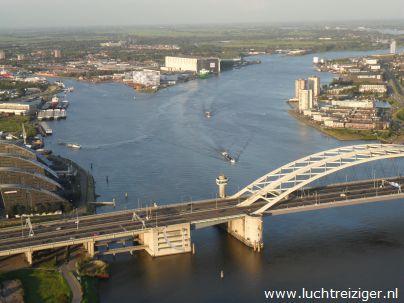 Ha, daar is ie weer! De van Brienenoordbrug. Wat een prachtig uitzicht vanuit de luchtballon boven Rotterdam.