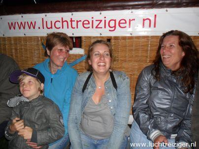 De champagnedoop na de ballonvaart van Rotterdam naar Haastrecht. Nu eerst op de foto. De passagier wordt verheven in de adelstand: Luchtbarones van Rotterdam tot Haastrecht.