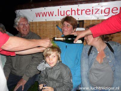 De champagnedoop, een ritueel  na de ballonvaart van Rotterdam naar Haastrecht. De passagiers worden verheven in de adelstand: Luchtbarones van hier tot gunter.