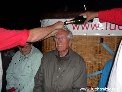 De champagnedoop na de ballonvaart van Rotterdam naar Haastrecht voor deze medepassagier. De passagier wordt verheven in de adelstand: Luchtbarones van Rotterdam tot Haastrecht.