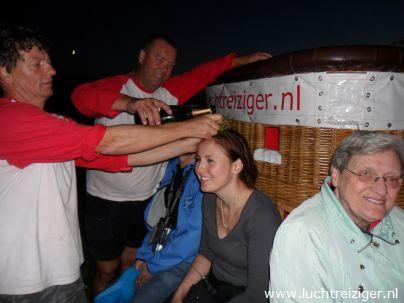 De champagnedoop na de ballonvaart van Rotterdam naar Haastrecht. De passagier wordt verheven in de adelstand: Luchtbarones van Rotterdam tot Haastrecht.