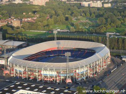 Kijk hier. Stadion de Kuip van bovenaf. Het gras was uit het stadion gehaald toen wij 'uit Rotterdam vertrokken' met onze luchtballon voor een prachtige ballonvaart boven Rotterdam.
