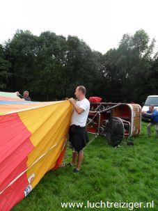 Helpen met opbouwen van luchtballonnen in Gouwebos, Waddinxveen. De tocht gaat naar Haastrecht